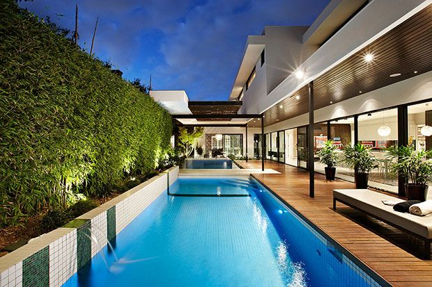 Guide to a house with a swimming pool